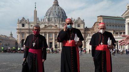 Luis Argüello, Juan José Omella y Carlos Osoro, tras una audiencia con el Papa en 2020.