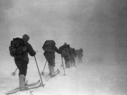 El equipo de esquiadores que falleció en el llamado 'caso del paso de Diátlov' se abre paso a través de la nieve en los montes Urales (Rusia), poco antes de su muerte.