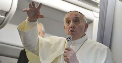 El Papa habla a los periodistas en el avión, de regreso a Italia.