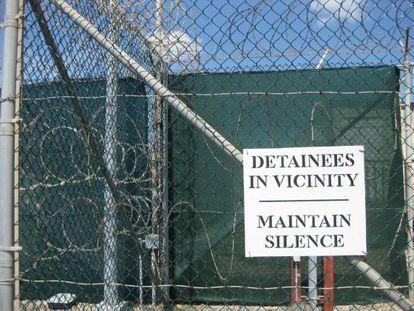 Entrada de uno de los centros de detención de Guantánamo.