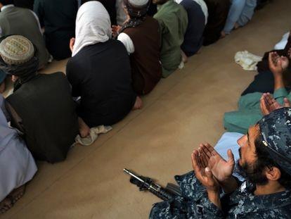 Un agente de policía talibán reza en una mezquita del barrio de Aino Maina, en Kandahar (Afganistán).