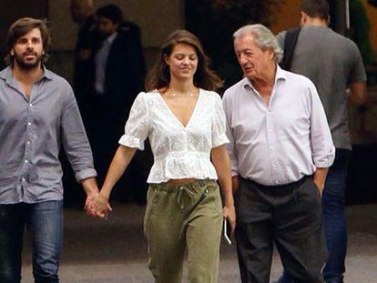 Isabell Junot y Álvaro Falcó con el padre de ella, Phillippe Junot, por las calles de Madrid en septiembre de 2018.