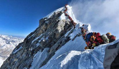 Alpinistas esperan su turno para llegar a la cumbre del Everest, el pasado miércoles.
