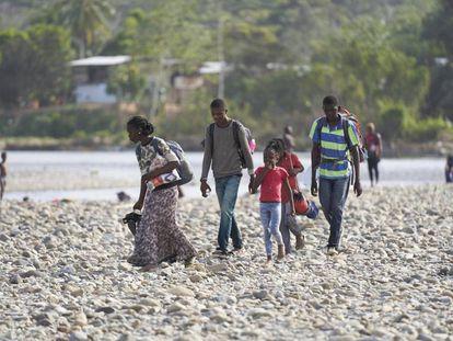 Janete y su familia, cruzando el rio Turquesa en Bajo Chiquito.