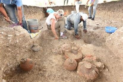 Daniela Triadan ocupándose de la vajilla de cerámica datada de 900-700 a.d.C en Aguada Fénix (México).