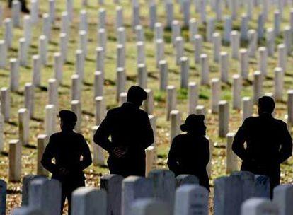 Ceremonia en Arlington (EE UU) en memoria de los 12 soldados de la Guardia Nacional que fallecieron en un accidente en Irak el pasado enero.
