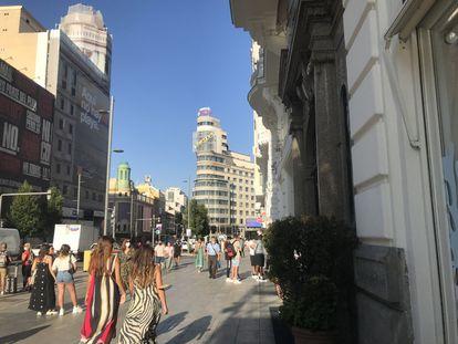 Varias personas pasean por la Gran Vía a principios de septiembre.