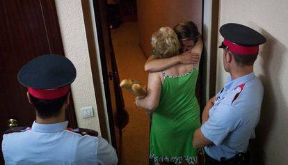 Una mujer abraza su vecina antes de su desahucio, en Barcelona el 2014.