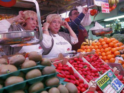 Las hermanas Hurtado ejercen de dependientas en el mercado de Usera.
