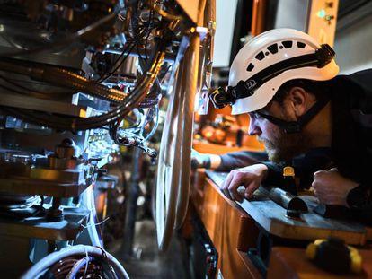 Un técnico prueba nuevos componentes del acelerador.