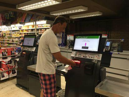 Cajas automáticas en un supermercado.