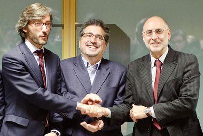 Eguiguren, entre el <i>número dos</i> del PP vasco, Iñaki Oyarzábal (izquierda), y Rodolfo Ares.