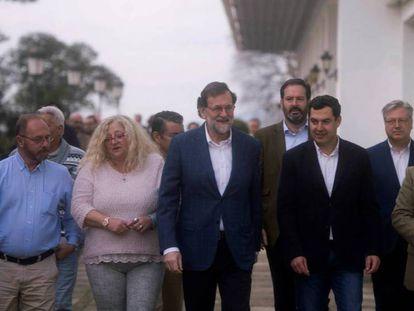 De izquierda a derecha: Antonio del Castillo, padre de Marta del Castillo, María del Mar Bermúdez, madre de Sandra Palo, Rajoy, Juanma Moreno, presidente del PP de Andalucía, y el ministro del Interior, Juan Ignacio Zoido.