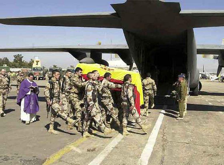 Un avión militar con el cadáver de Idoia Rodríguez partió este jueves de Herat con destino a Manás (Kirguizistán), donde espera otro avión de las Fuerzas Aéreas Españolas para repatriar el cuerpo.