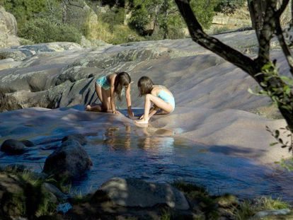 Dos niñas juegan en Charca Verde de La Pedriza.