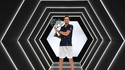 Medvedev posa con el trofeo de campeón, este domingo en París-Bercy.