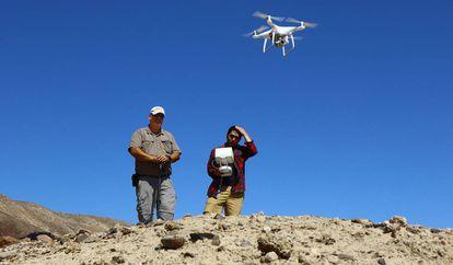 Luis Jaime Castillo (izquierda), durante un ensayo con el dron DJI hantom 4 Pro al norte de Nasca, en Perú.
