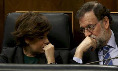 Mariano Rajoy conversa con Soraya Sáenz de Santamaría, este miércoles.