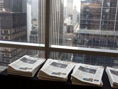 Ejemplares de 'EL PAÍS' en el foro económico 'Latinoamérica, España y los Estados Unidos en la economía global', organizado por EL PAÍS y la Cámara de Comercio España-EEUU, en Nueva York.