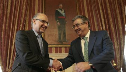 El ministro de Hacienda Cristobal Montoro y el ex presidente de la FEMP, Juan Ignacio Zoido, en la presentación del plan de proveedores.