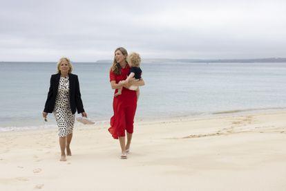 Jill Biden y Carrie Johnson, con su hijo Wilfred en brazos, en Carbis Bay, Cornualles, el 10 de junio de 2021.