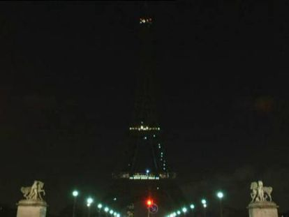 Así se ha apagado la Torre Eiffel como homenaje a las víctimas.