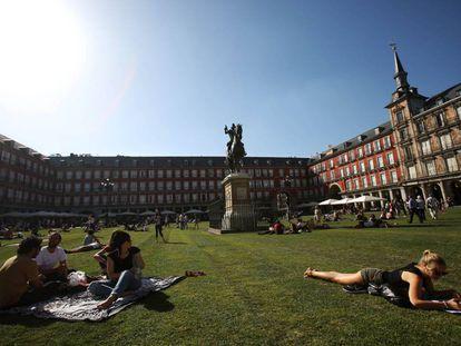 La plaza Mayor de Madrid estará cubierta de césped hasta el proximo domingo.