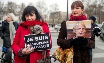 Mujeres con carteles en solidaridad con Jacqueline Sauvage.