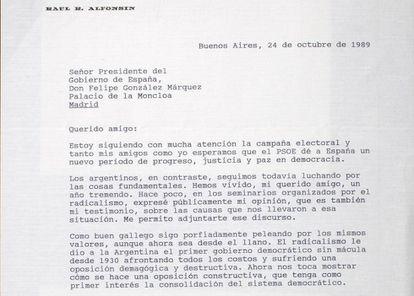 """Raúl Alfonsín, en la oposición, hablaba a González de cómo desprestigiaban a """"sus colaboradores más íntimos""""."""