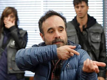 Koldo Serra, en el rodaje de '70 binladens', entre Nathalie Poza y Hugo SIlva.