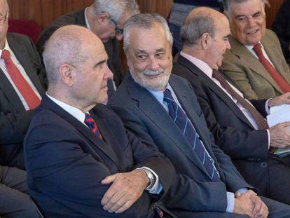 Los expresidentes Manuel Chaves y José Antonio Griñán, durante el juicio en la Audiencia de Sevilla. En vídeo, explicativo para entender el caso de los ERE.