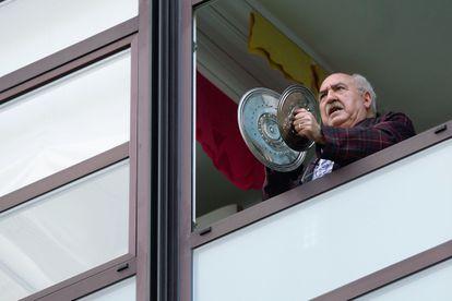 Un hombre protesta con una cacerolada este lunes durante el homenaje a los sanitarios en Valladolid.