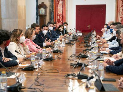 El presidente del PP, Pablo Casado, con la dirección de su grupo parlamentario y los responsables de las comisiones en el Congreso, el martes.