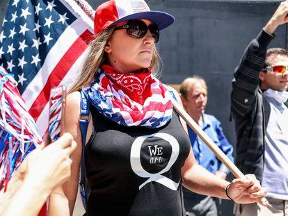 Manifestantes de la teoría de la conspiración QAnon protestan contra la indicación de quedarse en casa, el 1 de mayo de 2020 en San Diego, California.