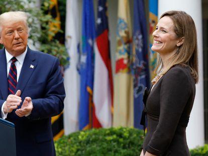 Amy Coney Barrett se dirige a los asistentes en la Casa Blanca, acompañada del presidente, Donald Trump, este sábado, 26 de septiembre.