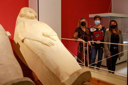 Las investigadoras  Ana María Niveau de Villedary, Mila Macías y Natalia López junto al sarcófago de la 'Dama de Cádiz', en el Museo Provincial.