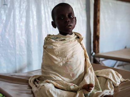 Ivan, un niño de cinco años que padece cólera y malaria, espera a ser atendido en una clínica del campo de refugiados de Kyangwali, en Uganda.
