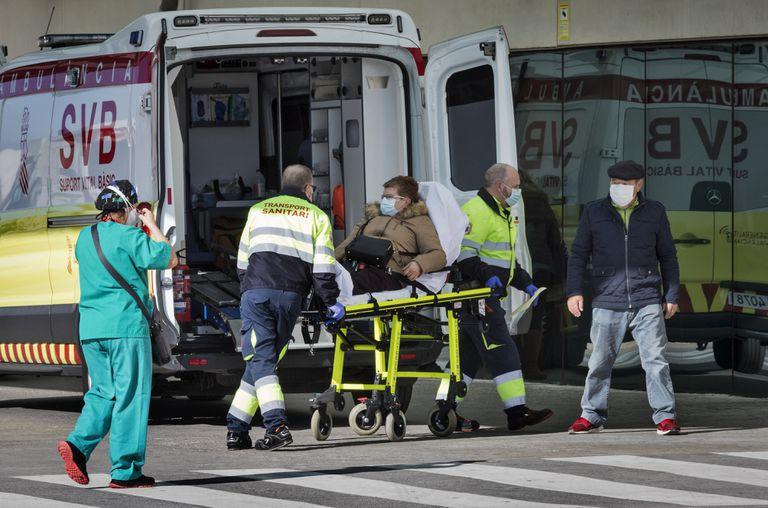 Una ambulancia traslada a una mujer con covid en la Comunidad Valenciana.