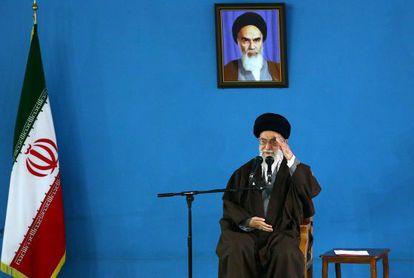 El líder supremo iraní, Jamenei, habla a un grupo de militares el domingo.