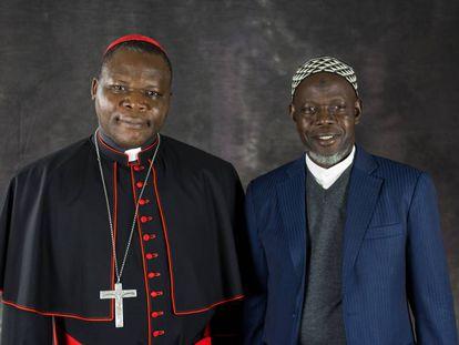 Dieudonné Nzapalainga, arzobispo de Bangui, y Kobine Layama, imán de la mezquita central de la capital centroafricana.