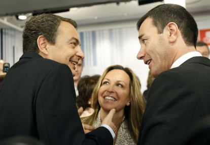 Rodríguez Zapatero (izquierda) junto a Trinidad Jiménez y Tomás Gómez en la presentación de la candidatura del PSOE por Madrid en 2008.