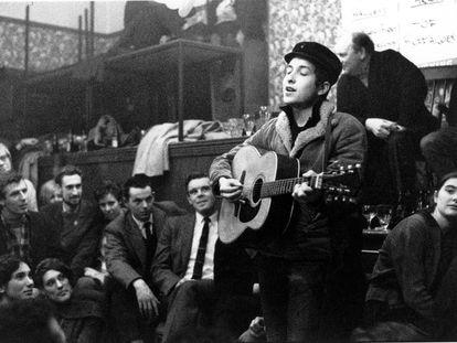 Bob Dylan en 1962, actuando en Londres.