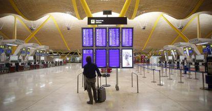 Un pasajero comprueba su vuelo en la Terminal 4.
