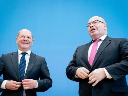 De derecha a izquierda, el ministro de Economía alemán, Peter Altmaier y el de Finanzas, Olaf Scholz, durante la presentación del plan económico del gobierno para el coronavirus en Berlín.