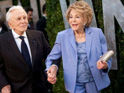 Kirk y Anne Douglas, en la fiesta de Vanity Fair de los Oscar de 2012.