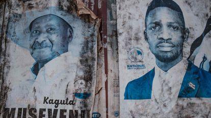 Carteles con los rostros de los dos candidatos más populares a las elecciones ugandesas, previstas para el 14 de enero de 2021, en una calle de Kampala, capital de Uganda. A la izquierda, el actual presidente, Yoweri Museveni. A la derecha, el opositor Robert Kyagulanyi, también conocido como Bobi Wine, antes cantante de música popular muy famoso en el país y ahora aspirante a dirigir su país.