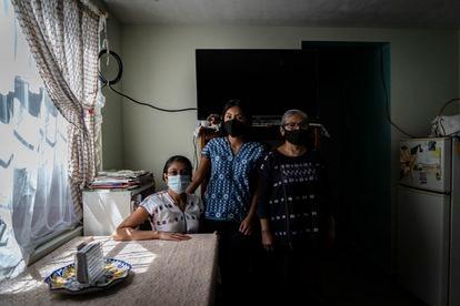 Celiflora Noriega (izquierda), con su sobrina y su madre, en su casa.