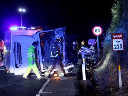 Lugar del accidente entre un turismo y un camión en el que han perdido la vida tres jóvenes que viajaban en el automóvil, este miércoles por la noche en Caldas de Reis, Pontevedra.