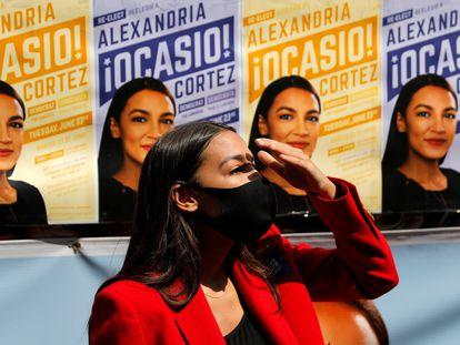 La congresista Alexandria Ocasio-Cortez, conversa con los medios de comunicación durante las elecciones primarias, este martes en Nueva York.