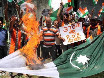 Manifestantes queman este jueves una bandera de Pakistán en Jammu.